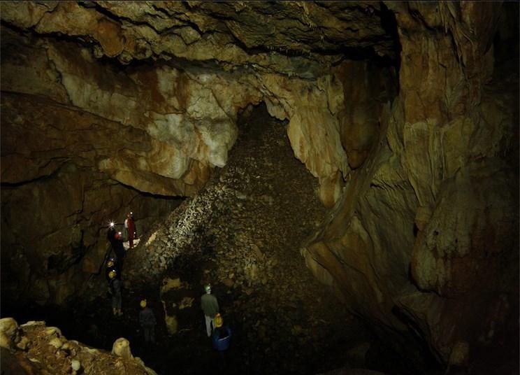 1η πρακτική άσκηση: οι εκπαιδευόμενες/οι παρατηρούν έναν εντυπωσιακό κώνο κορημάτων που δείχνει παλιά είσοδο σπηλαίου