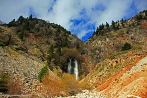"""Ο καταρράκτης ύψους 30 μέτρων στη θέση με την ονομασία """"Γκούρα Μπαντιμάρι"""". Το νερό βγαίνει μέσα από το υπόγειο ποτάμι."""