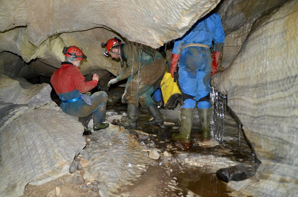 Παγοσταλακτίτες κοσμούν το εσωτερικό του σπηλαίου